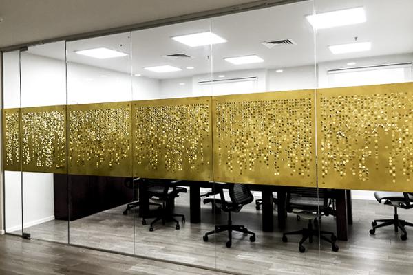מחיצה מתכת זהב פליז פרגוד משרבייה חדר ישיבות