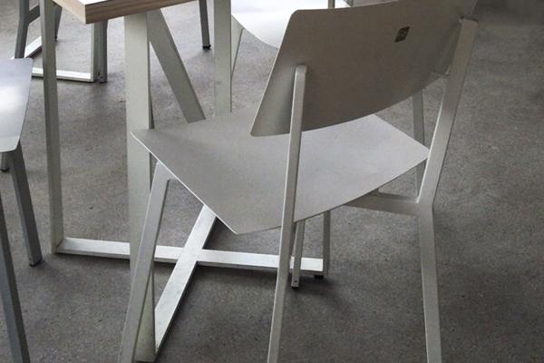 כסא תלמיד יוחנן מעדנייה פיצו קדם מתכת לבן